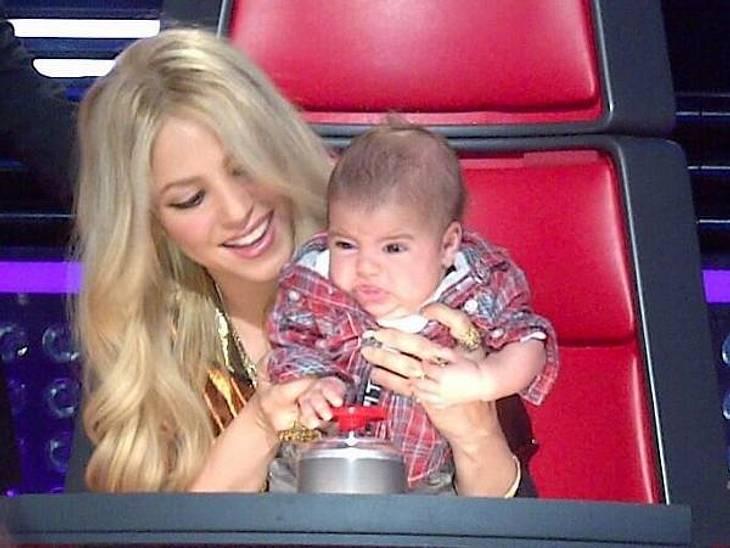 Hier übt der nächste Super-Juror! Shakira führt ihren Sohn Milan schon mal an den Job als Buzzer-Betätiger heran...