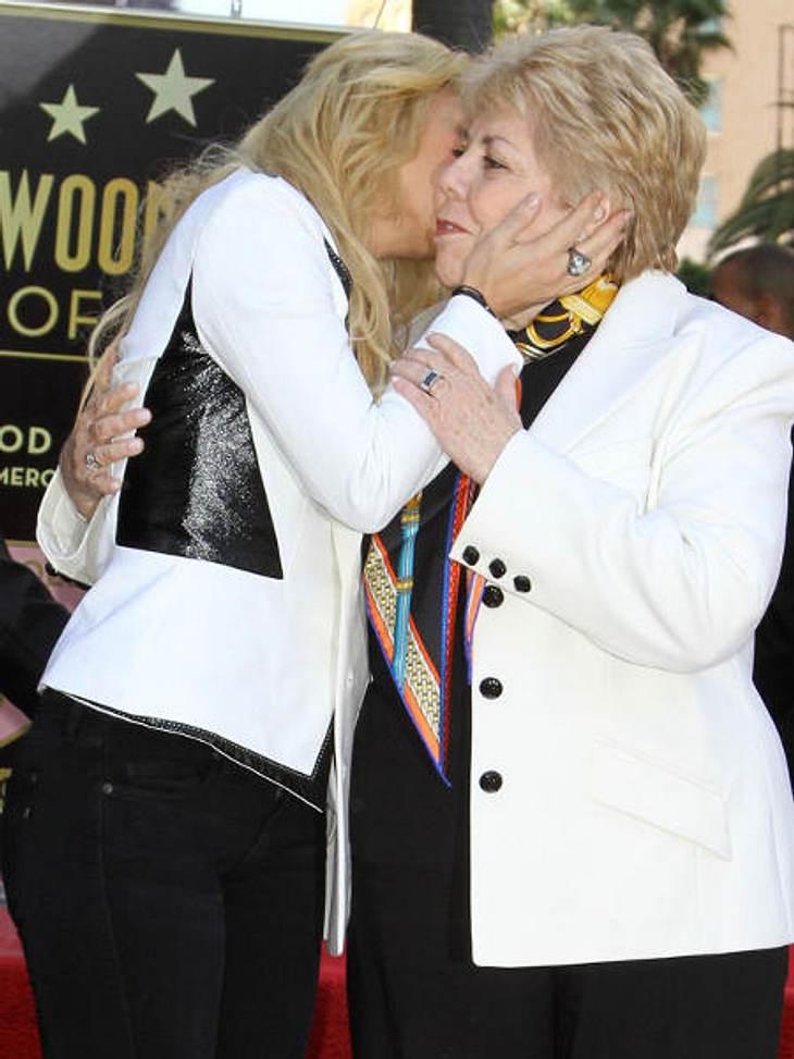 Stars & ihre MütterEinen herzlichen Schmatzer gibt Shakira (35) ihrer Mama Nidia. Sie ist ihr einziges Kind. Papa Don hat noch acht weitere Sprößlinge.