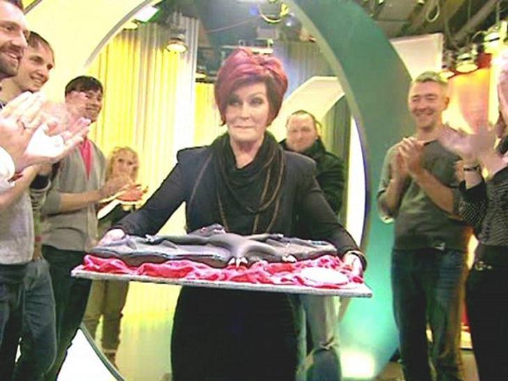 Stars ♥ Torte!Eine Torte sollte auch immer exakt auf die beschenkte Person abgestimmt sein. Deshalb bekommt Ozzy Osbourne (63) von seiner Frau eine Fledermaus-Torte.