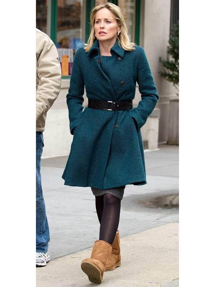 Sharon Stone ganz entspannt mit UGGs beim Stadtbummel.