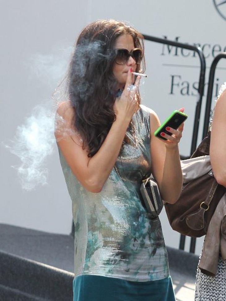 Stars, die rauchenKaum ein Model schafft es ohne Zigarette durchs Leben. So kann man auch Shermine Sharivar gut verstehen, warum sie vor den Fashion Shows eine nach der anderen durchzieht. Der Hunger ist schuld.