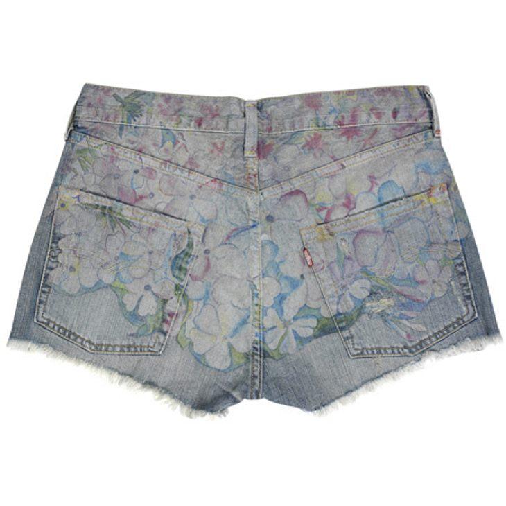 Stars lieben Jeans-ShortsDenim-Shorts mit feinem Blümchen-Druck von Levi's, um 90 Euro.