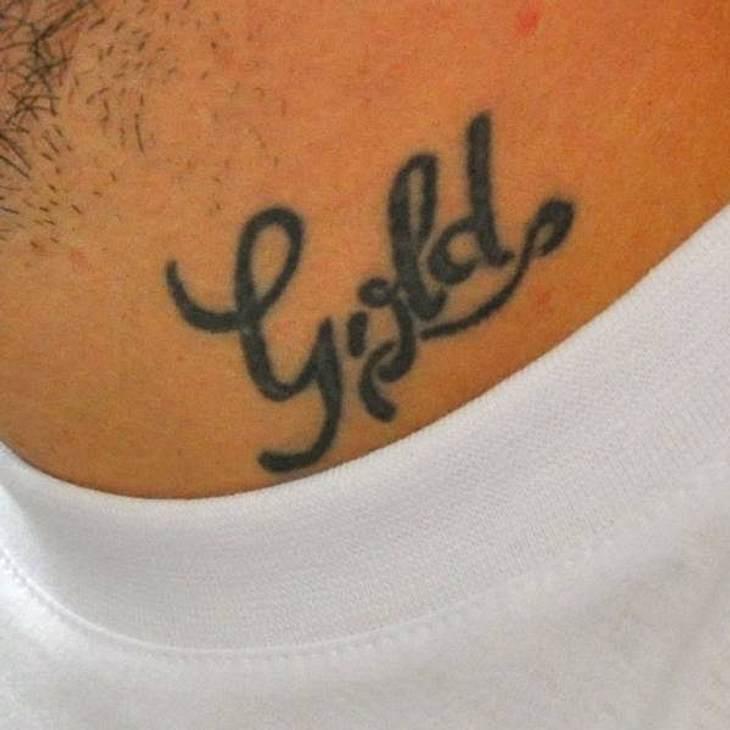 """Tattoos: Diese Star-Bilder gehen unter die HautWelcher Rapper hat sich mit """"Gold"""" den Hals verzieren lassen?"""