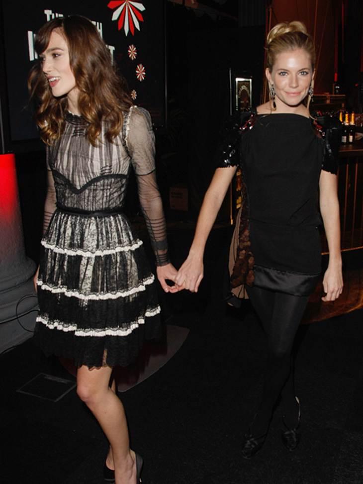 """Promi-BFFs - Durch dick & dünnKeira Knightley (27) und Sienna Miller  (30) lernten sich am Set von """"The Edge of Love"""" kennen und verstanden sich auf Anhieb. Ihre """"Nerdiness"""" verbinde sie, erklärte Sienna Miller ihren"""