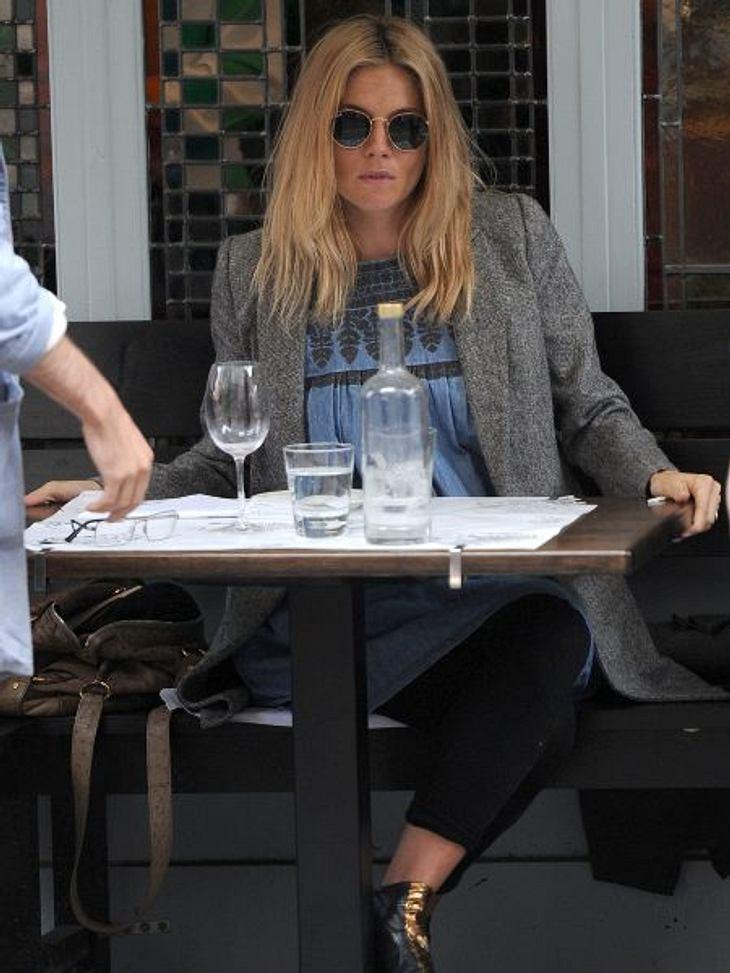 Stars im SchlabberlookSchwangerschafts-Glow und stylishe Umstandsmode? Von wegen! Stattdessen sorgte die eigentlich als Stilikone berühmte Schauspielerin Sienna Miller (30) mit stumpfem, strubbeligem Haar, müdem Teint und labbrigen Couch-Po