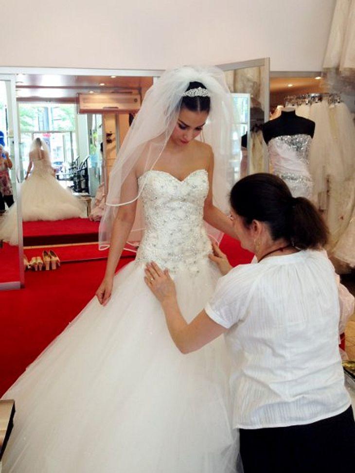 Sila Sahin probiert Brautkleider an
