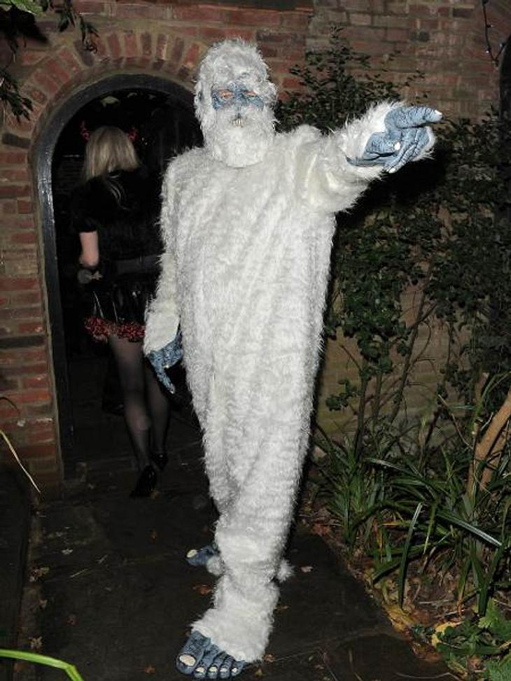 Die schräge Kostüm-Parade der StarsDa geht's lang! Der britische Comedian Simon Pegg (42) wies als haariger Yeti den angekommenden Gästen den Weg.