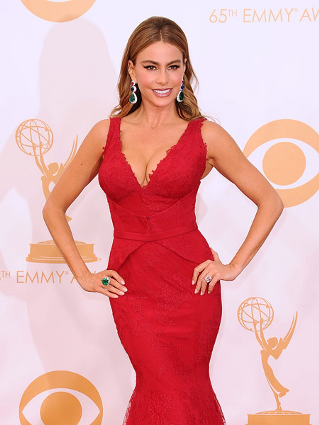 Sofia Vergara bei den Emmys 2013 in funkelnder Begleitung