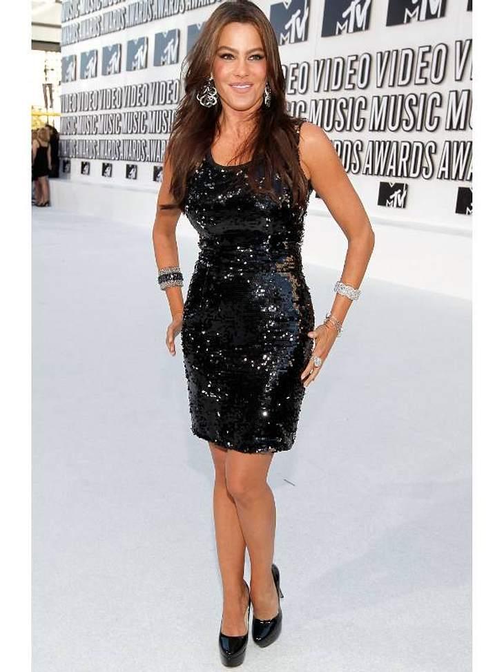 """Pailletten-Abendkleider: Sofia Vergara (38, """"Modern Family"""") ganz schlicht, aber dennoch glamourös in Schwarz."""