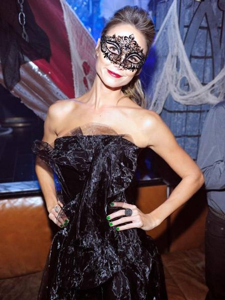 Die schrägsten Hollywood-Kostüme der StarsEin bisschen Tüll ums Cocktail-Kleid drapiert und eine geheimnisvolle Maske aufgesetzt - fertig ist das Halloween-Outfit von Stacy Keibler (32). Die Freundin von George Clooney (51) ließ es bei ihre