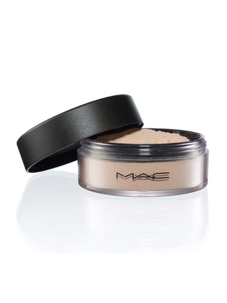 Star-Make-up nachschminken: So einfach geht's!,Wie Puderzucker: Für ein transparentes Finish einfach einen losen Puder über die BB Cream pinseln. Mattiert, ohne die eigene natürliche Ausstrahlung zu überdecken, damit die Haut aussieht, als