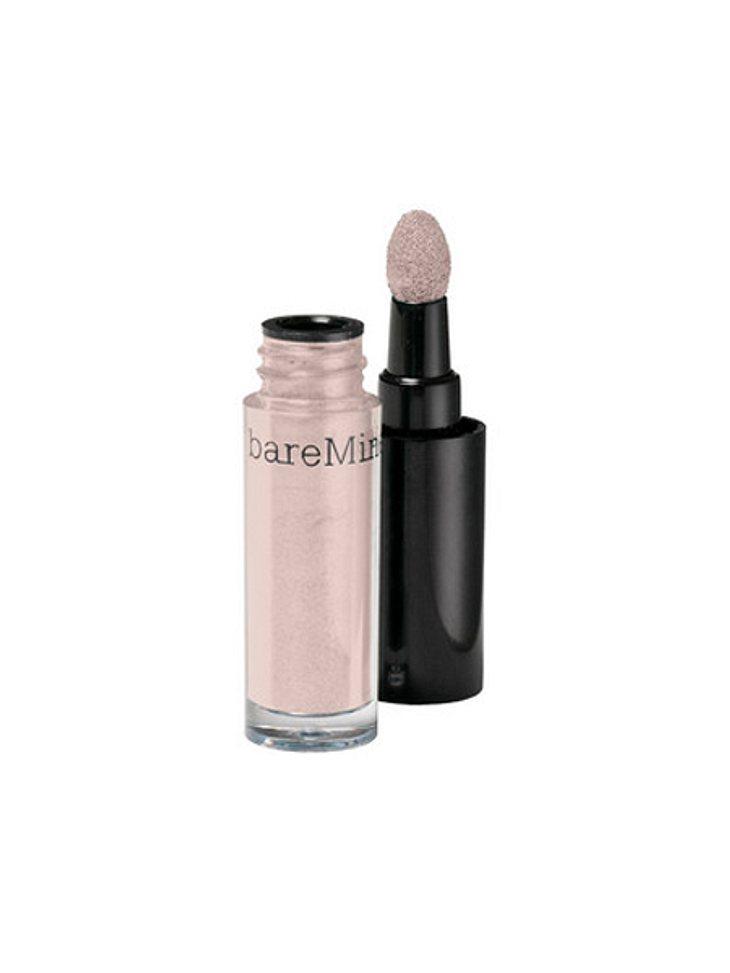 """Star-Make-up nachschminken: So einfach geht's!,Zarter Ton: Auf die Augen kommt nur ein leichter Lidschatten, in einem natürlichen und zarten Farbton mit einem schönen Glanz.(Lidschatten """"High Shine Eyecolor"""" Nr. 45 von Bare Minera"""