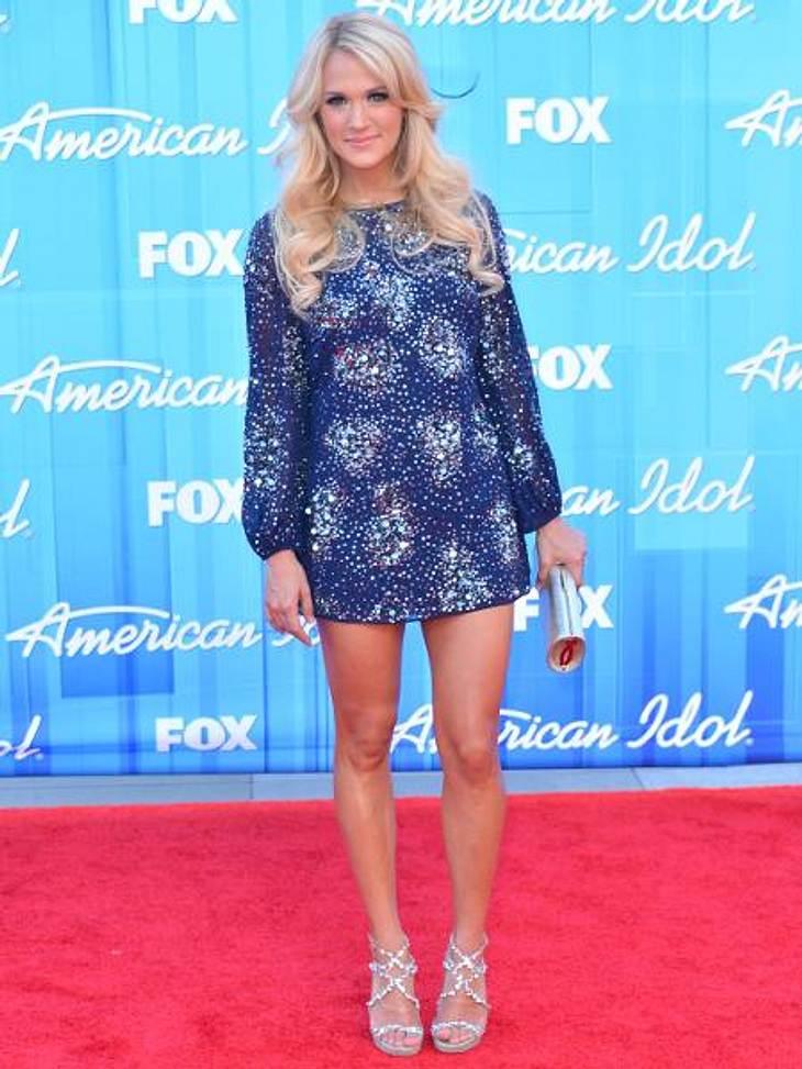 "Star-Style: Die Promis machen blau!Kürzer geht's kaum: Sängerin Carrey Underwood (29) kam zum ""American Idol""-Finale im Mega-Mini"