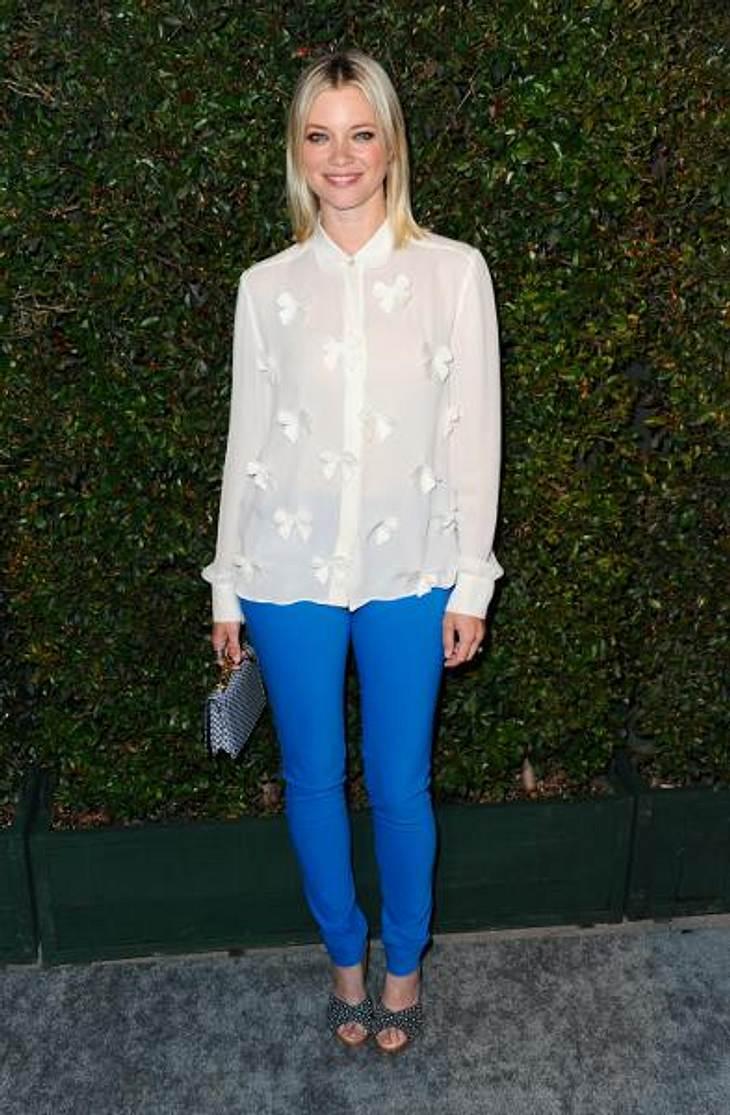 Star-Style: Die Promis machen blau!Schauspielerin Amy Smart (36) kreierte für eine Filmpremiere aus der königsblauen Hose und der transparenten Schleifchen-Bluse ein traumhaft zartes Outfit.
