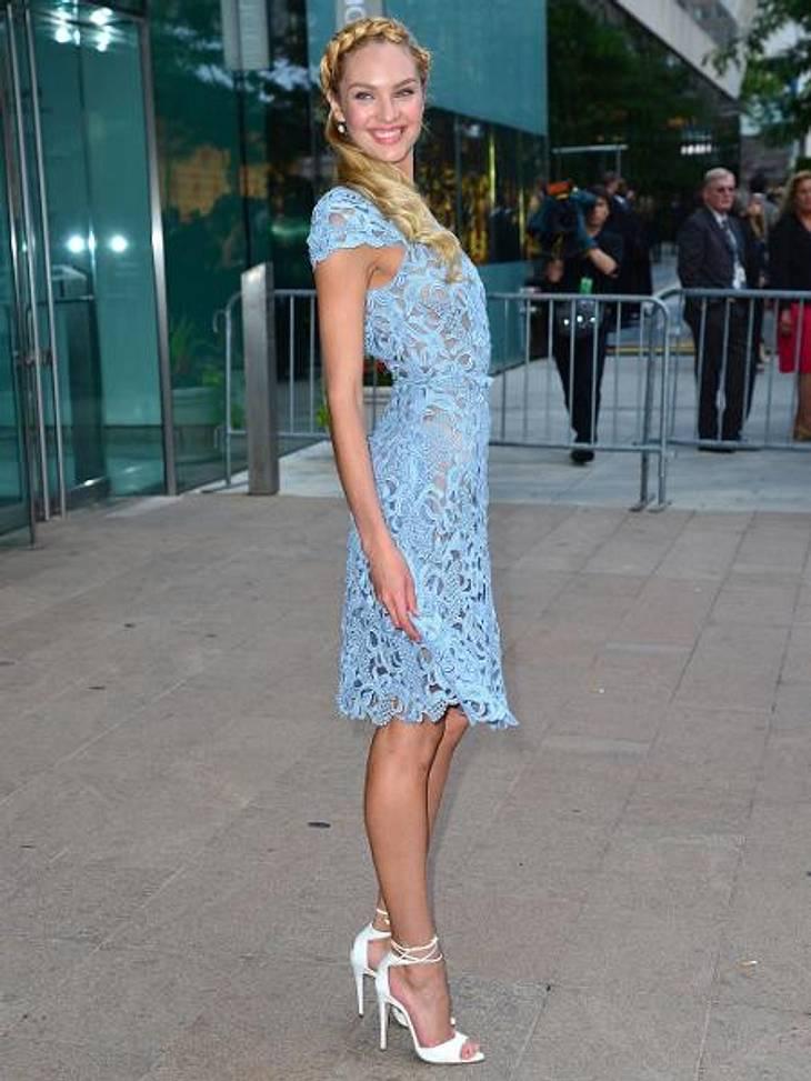 Star-Style: Die Promis machen blau!Candice Swanpoel (23) gewährt durch die zarte Spitze den ein oder anderen Blick auf ihren Topmodel-Body.