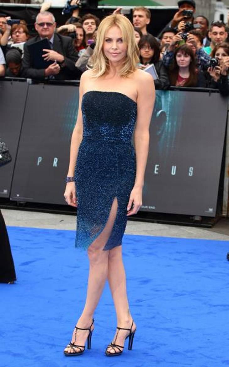 Star-Style: Die Promis machen blau!In diesem schimmernden, mitternachtsblauen Kleid machte Charlize Theron (36) eine richtig gute Figur auf dem - passenderweise - blauen Teppich.
