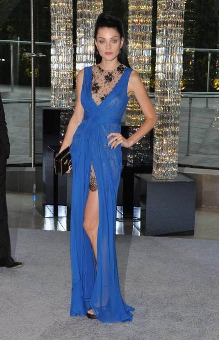 Star-Style: Die Promis machen blau!Das kanadische Topmodel Jessica Stam (26) zeigte in dieser hoch geschlitzten Robe ziemlich viel ihrer Endlos-Modelbeine.