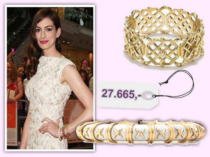 Star-Style: Das kosten die Designer-TeileAllein das, was Anne Hathaway an ihrem Armgelenk trägt, ist ein Vermögen wert. Der untere Armreif, den sie in Weiß und Braun angelegt hat, kostet jeweil 27.665 Euro, der obere um 7.000 Euro. Bestelle