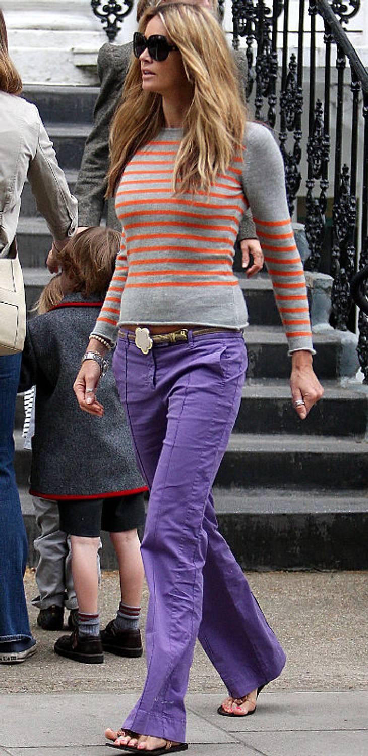 Star-Style: Bunte HosenElle McPhearson ebenfalls in lila Schlaghosen mit orange gestreiftem Pulli.