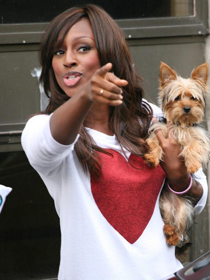 Star-Style: HerzchenEin Herz für Tiere hat Sängerin Alexandra Burke (23). Mit Fiffi und Herzchen-Shirt besuchte sie ein Studio in London.