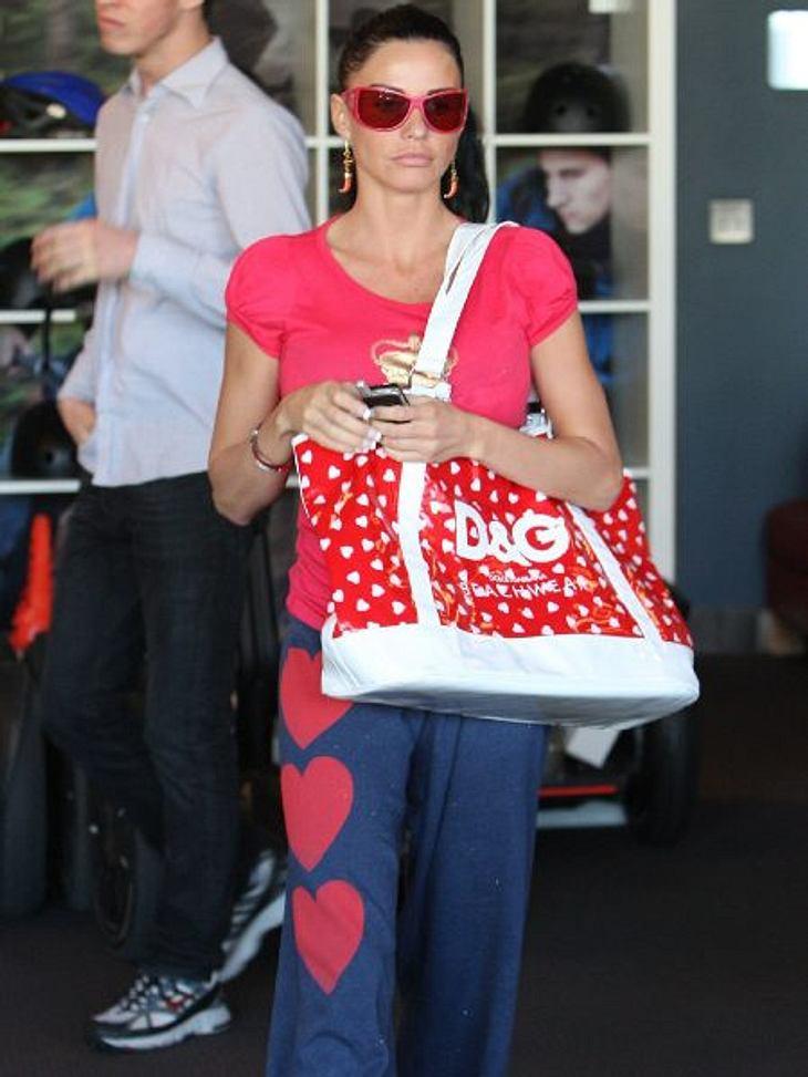 """Star-Style: HerzchenKatie Price (33) magst gerne etwas auffälliger. Kleine Herzchen wie auf ihrer """"D&G""""-Tasche sind ihr da definitiv zu popelig. Deshalb wurde die Jogginghose mit den größeren Exemplaren aus dem Schrank geholt."""