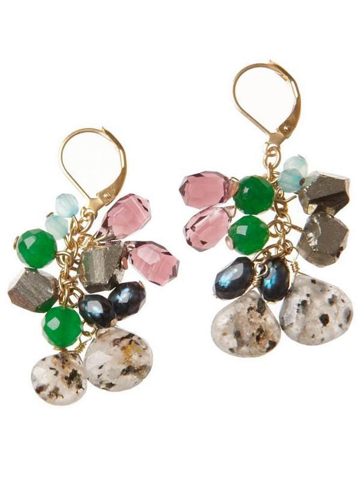 Diese farbenfrohen Ohrhänger mit verschiedenen Edelsteinen, wirken zu einem schlichten Sommer-Outfit besonders schön.Gesehen bei Zalando, ca.100 Euro