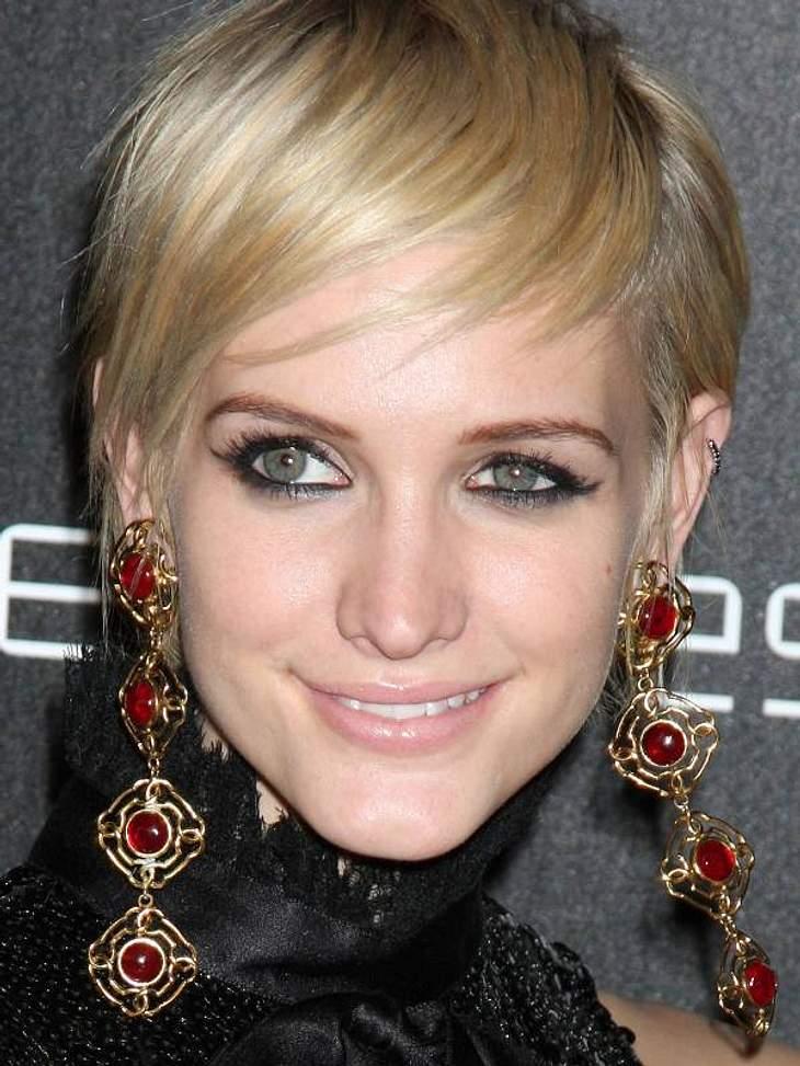 Zu der frechen Kurzhaar-Frisur von Ashlee Simpson-Wentz wirken die roten Ohrhänger doppelt intensiv.