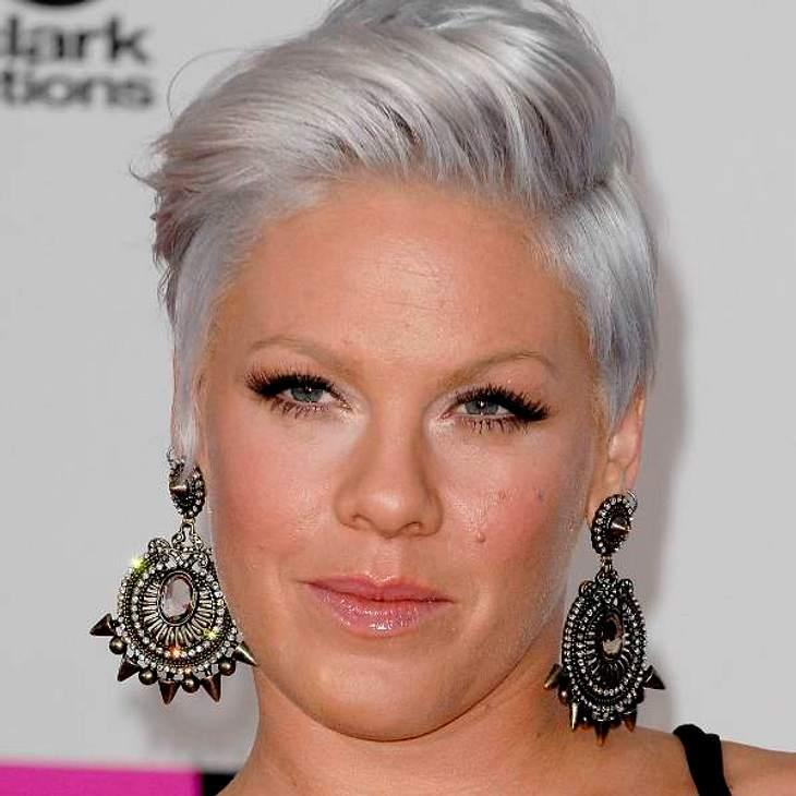 Rock-Röhre Pink kann auch anderes und unterstreicht ihre Weiblichkeit mit diesem entzückenden Ohrschmuck zur aufwändigen Föhn-Frisur.