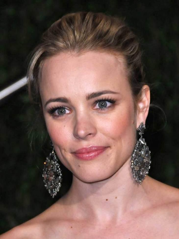 Schulterfreies Kleid und Ohrringe im Übergrößen-Format - fertig ist der elegante Auftritt von Rachel McAdams für den roten Teppich.