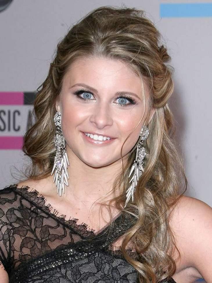 Trotz schaurig bestechendem Blick von US-Sängerin Savannah Outen wirken ihre silbernen Ohrringe harmonisch zu ihrem offenen Haar.