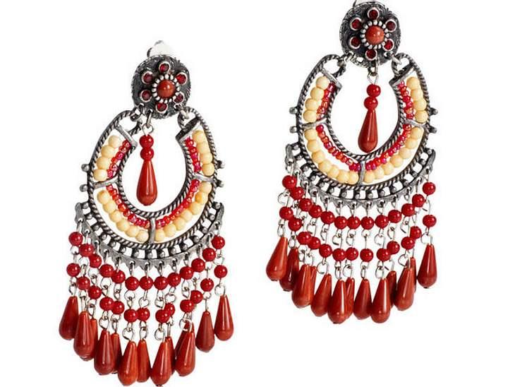 Hippies Aufgepasst: Diese verspielten Ohrhängerchen im Indianer-Look lassen jedes Frauen-Herz höher schlagen. Gesehen bei HeineVersand, ca. 25 Euro