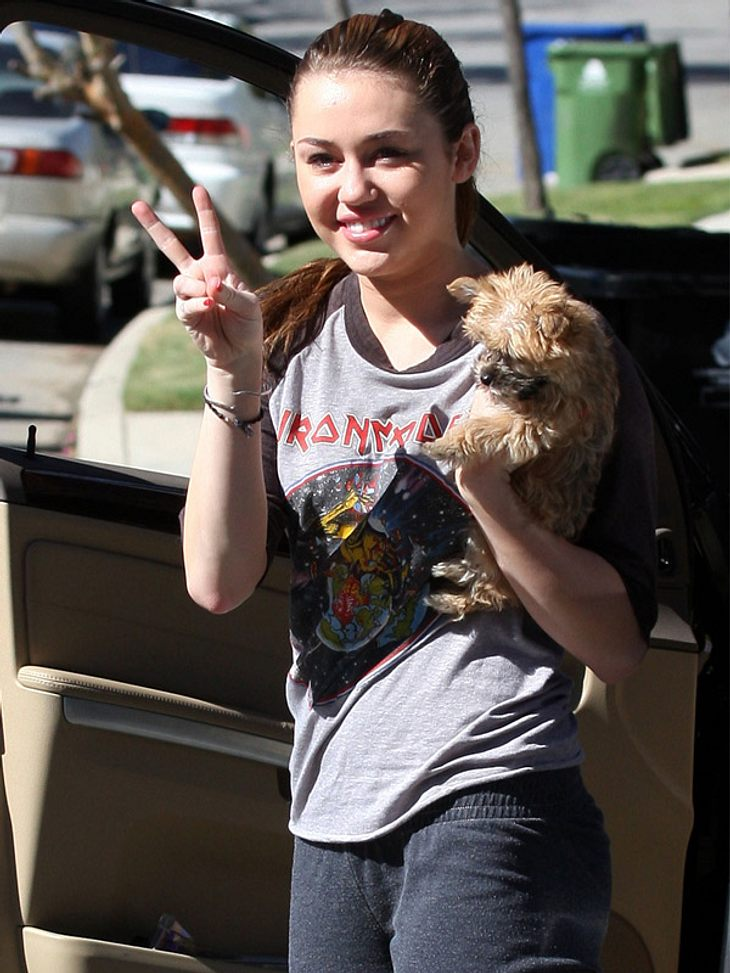 """Star-Style: Diese Promis sind selber Fans - und tragen Band-Shirts!Miley Cyrus, Klappe die zweite: Der Teenie-Star ist immer noch ganz begeistert von """"Iron Maiden""""!"""