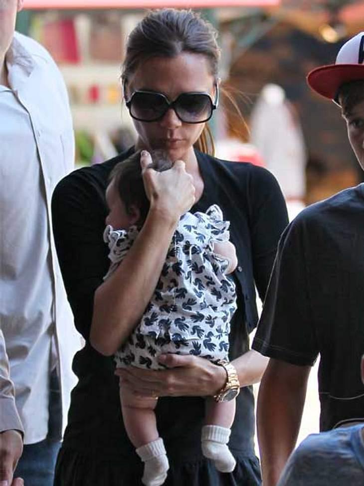 Trotz Bandscheibenvorfall und Stress: Der Star ist mächtig stolz auf Harper Seven, da es nach drei Söhnen die erste und langersehnte Tochter der Beckhams ist.
