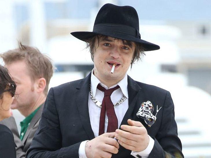Stars, die rauchenAlkohol, Drogen und wer weiß, was Pete Doherty noch alles den lieben langen Tag in sich reinstopft. Mit Nikotin überbrückt er nur die Pausen dazwischen.