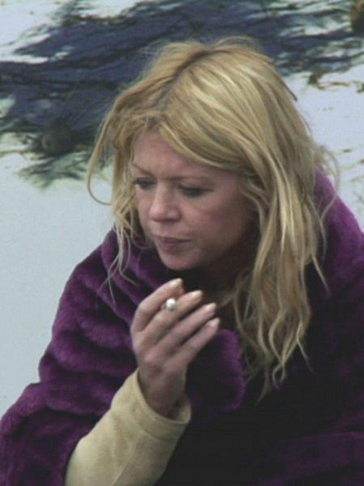 """Stars, die rauchenWir frisch von der Straße sieht Tara Reid mit ihrer Kippe aus. Zur Beruhigung, dort sitzt sie grad im """"Promi-Big-Brother""""-Haus."""