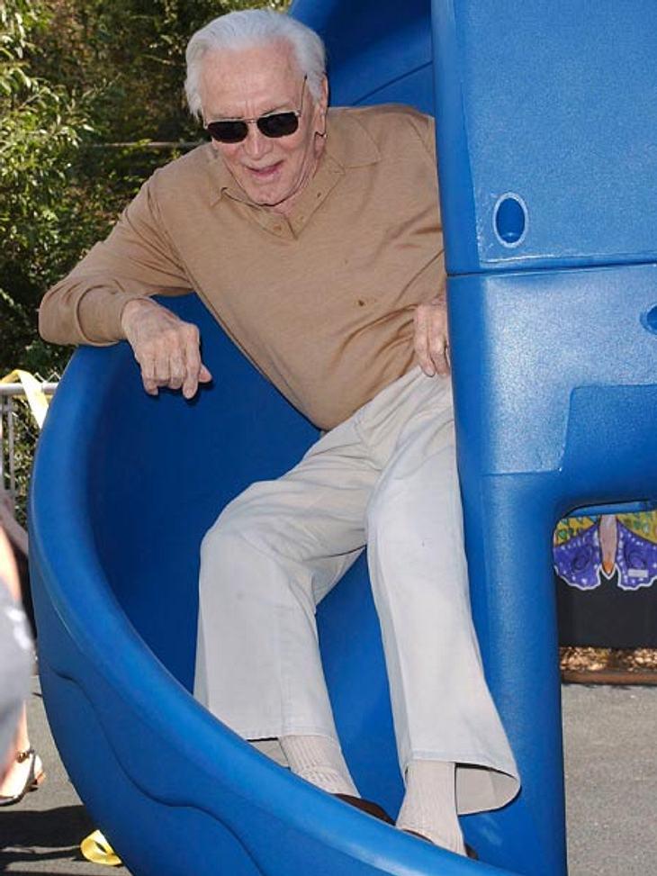 Ab auf den Spielplatz: Diese Stars wollen nicht erwachsen werdenPlatz da, hier komme ich! Kirk Douglas ist mit seinen 95 Jahren ein echtes Urgestein in Hollywood, auf dem Spielplatz verwandelt er sich beim Rutschen wieder in einen fidelen J