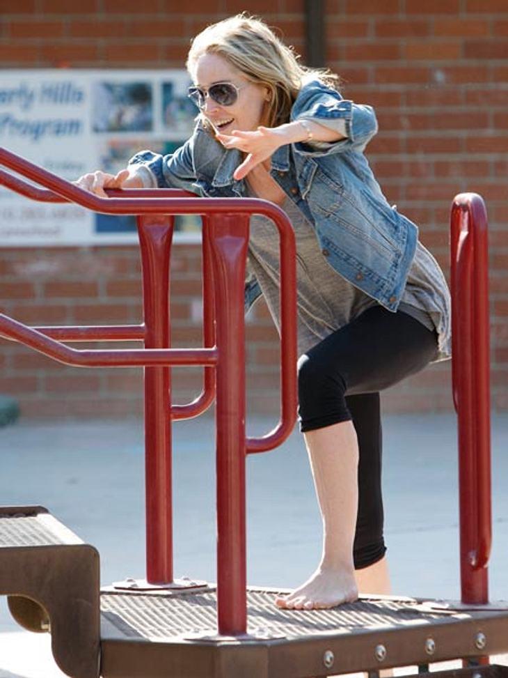 Ab auf den Spielplatz: Diese Stars wollen nicht erwachsen werdenNoch mal, noch mal! Und weiter geht's für Sharon Stone (53), die unbedingt die erste am Klettergerüst sein will. Liebe Sharon, die anderen Kinder sind auch mal dran!