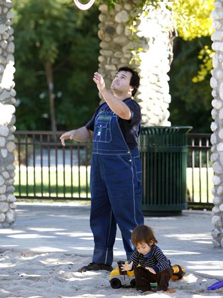 Ab auf den Spielplatz: Diese Stars wollen nicht erwachsen werdenDie haben Spaß! Jack Black (42) und der kleine Thomas machen sich auf dem Spielplatz einen lustigen Vater-Sohn-Tag. Auch outfittechnisch hat sich der Comedian seinem Sprößling