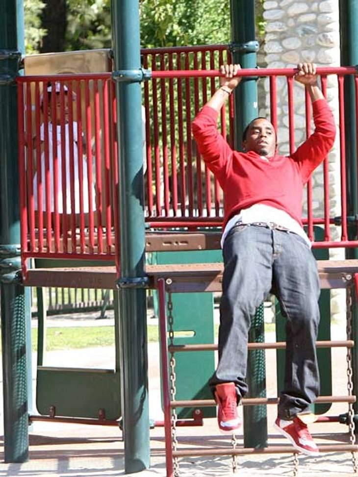 """Ab auf den Spielplatz: Diese Stars wollen nicht erwachsen werdenSean """"P. Diddy"""" Combs (42) nutzt den Spielplatz-Ausflug mit Töchterchen D'Lila Star geschickt als Workout-Ersatz! Und eins, und zwei,.."""