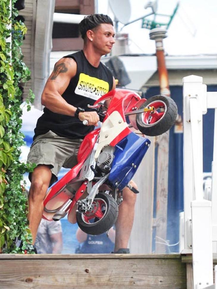 Ab auf den Spielplatz: Diese Stars wollen nicht erwachsen werdenMTV-Star Pauly Delvecchio (31) versucht auf einem Mini-Bike Vollgas zu geben! Brumm, brumm, ab geht's!