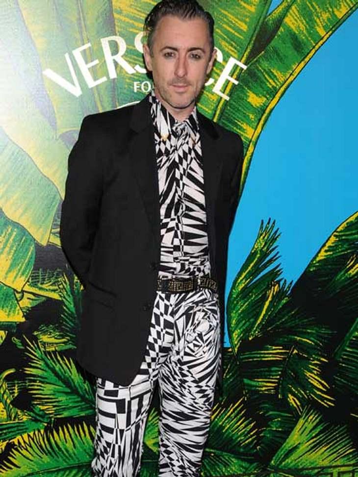 """Stars tragen """"Versace for H&M"""": Alan Cumming,Alan Cumming, der Star aus """"The Good Wife"""" traut sich modisch oft einiges. Auch aus der """"Versace for H&M""""-Kollektion suchte er sich gezielt eines der auffäll"""