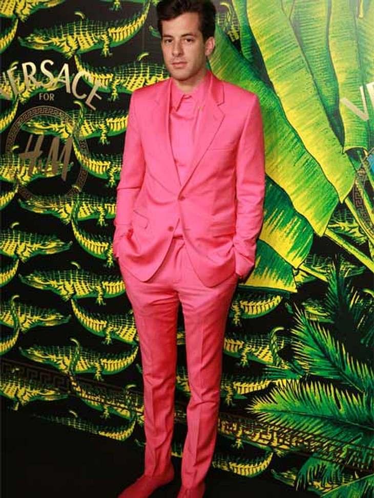 """Stars tragen """"Versace for H&M"""": Mark Ronson,Mark Ronson ist mutig! Komplett in Pink sieht man einen Mann selten."""