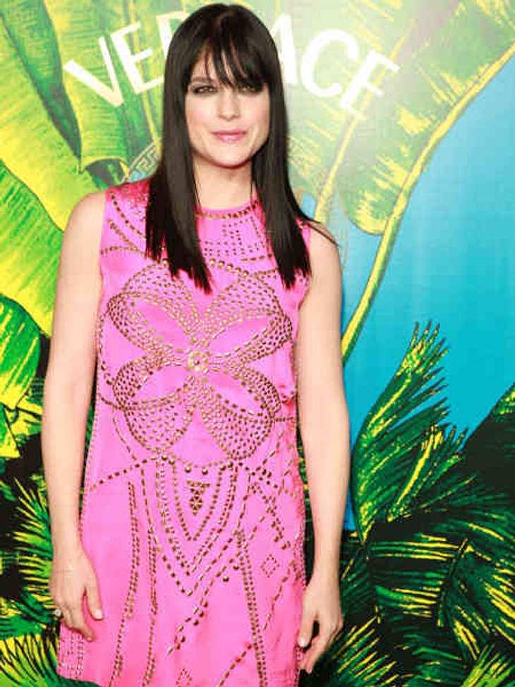 """Stars tragen """"Versace for H&M"""": Selma Blair,Schauspielerin Selma Blair beeindruckt uns nicht nur damit, wie schnell sie nach der Geburt ihres Kindes wieder schlank geworden ist, sondern auch mit ihrem Kleid von """"Versace f"""