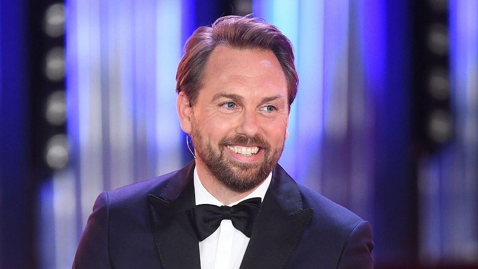 Steven Gätjen moderiert den Bayrischen Fernsehpreis - Foto: Getty Images