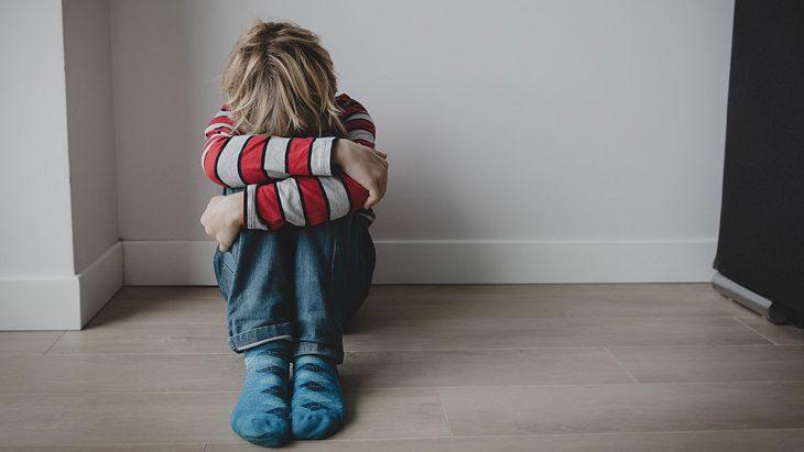Brutalo-Stiefmutter verbrennt 7-Jährigem den Penis