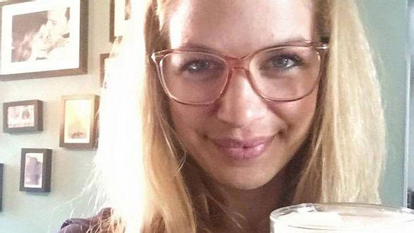 Susan Sideropoulos zeigt sich ohne Make-up und mit Brille