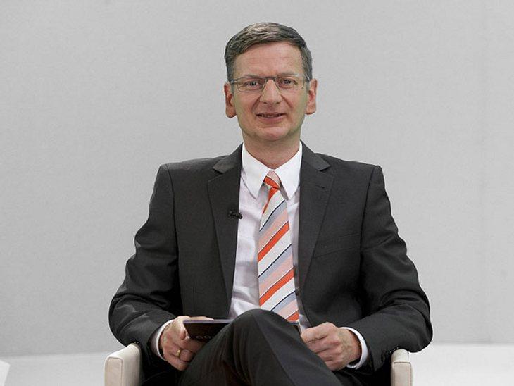 """Die parodierten Promis aus """"Switch reloaded"""",Günther Jauch und seine Moderationskarten, auf die er ständig schaut, sind natürlich auch Teil der """"Switch reloaded"""" -Parodien. Michael Kessler hatte als Günther Jauch sogar s"""