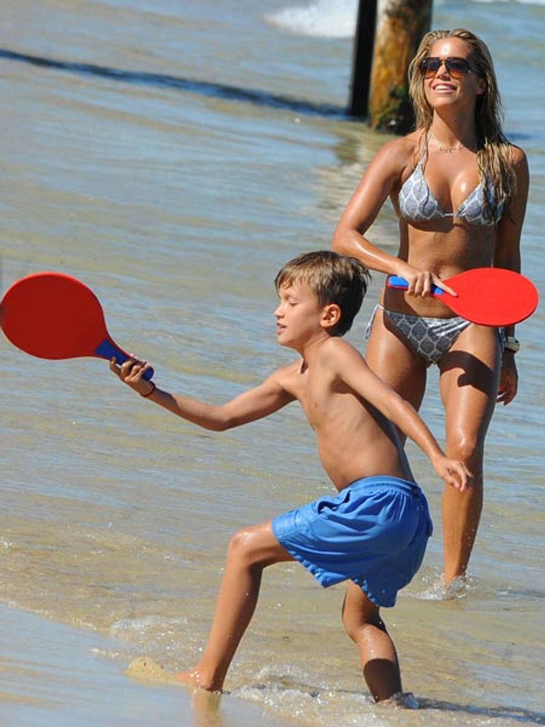Sylvie und Damian liefern sich ein Ping-Pong-Duell