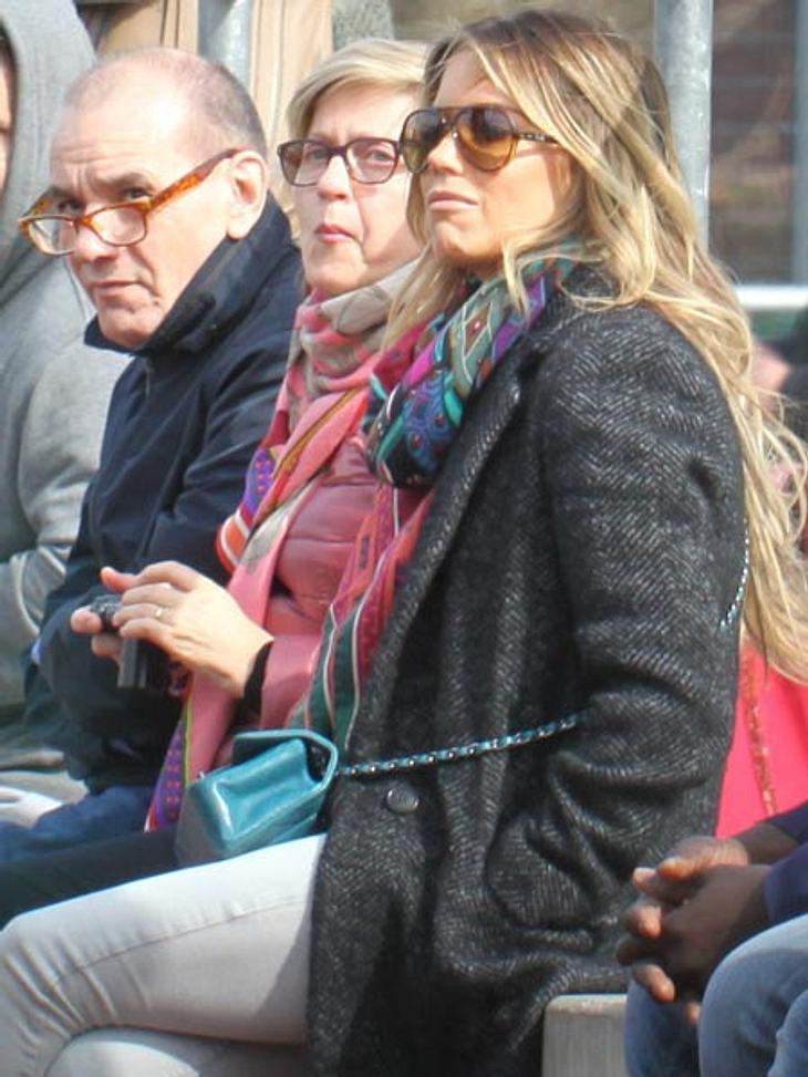 Sylvie Meis mit ihren Eltern auf dem Fußballplatz