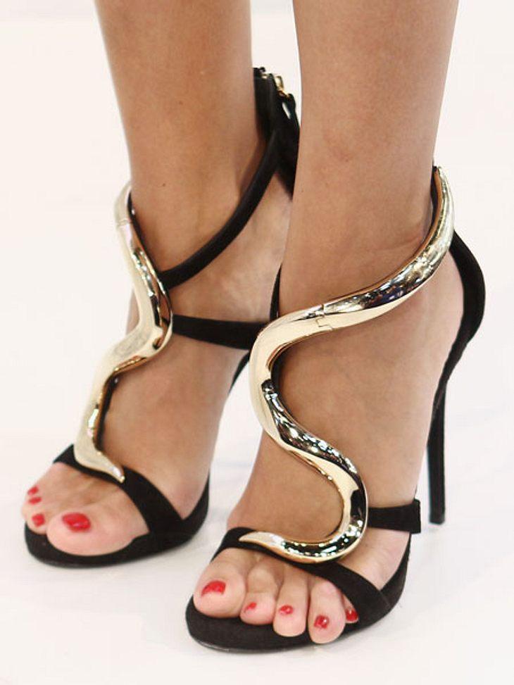 Stars: Zeigt her eure Füße!Wenn das mal keine Glamour-High-Heels sind! Die goldene Spange schlängelt sich sexy um die gebräunten Füße dieser Moderatorin...